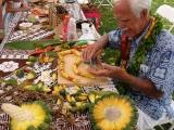 Artigiano del luogo che lavora la Palma a vite